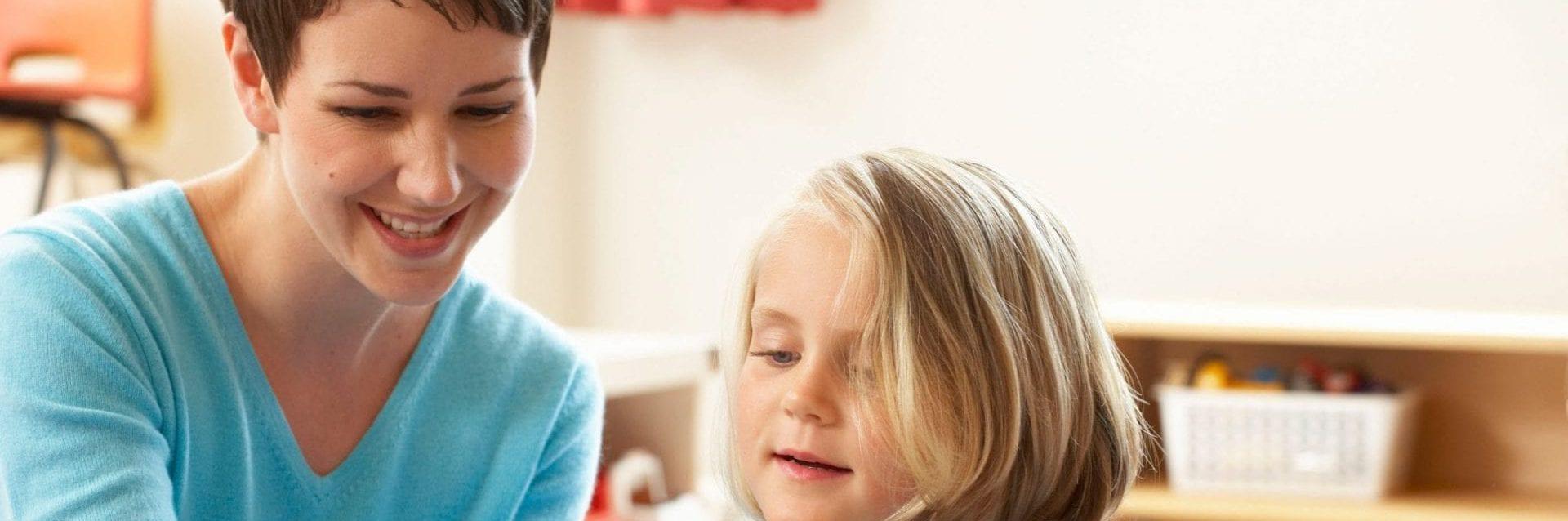 Gastouder in gesprek met kind