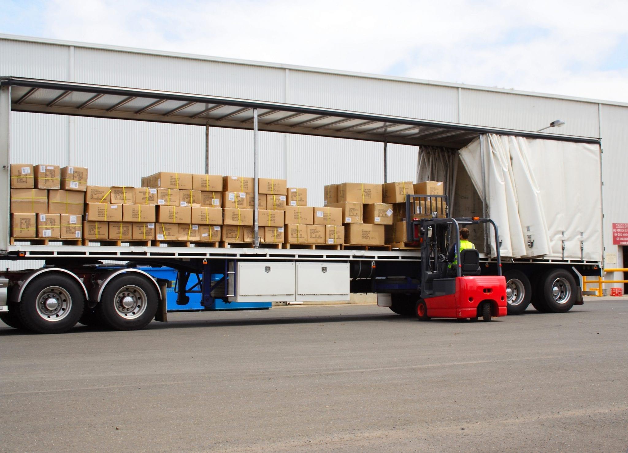 Vrachtwagen met heftruck