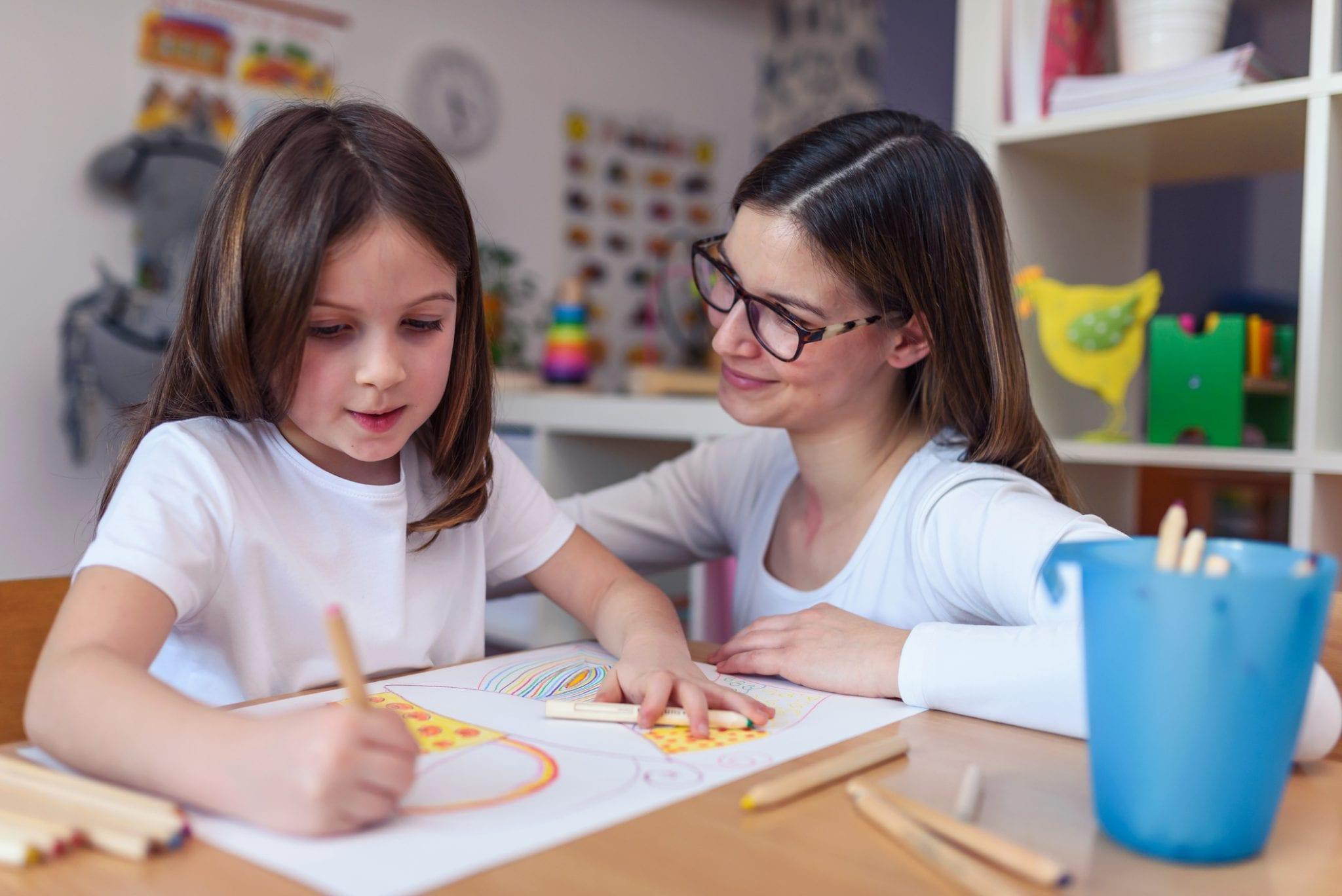 Gastouder met kind tekenen